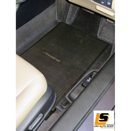 LEOMAX แผ่นเรียบปูพื้นรถยนต์พลาสติก PVC รุ่น Ruby ใหญ่ 47 x 63 ซม. พร้อมปุ่มจิกพื้น แพค 4 ชิ้น (สีดำใส)